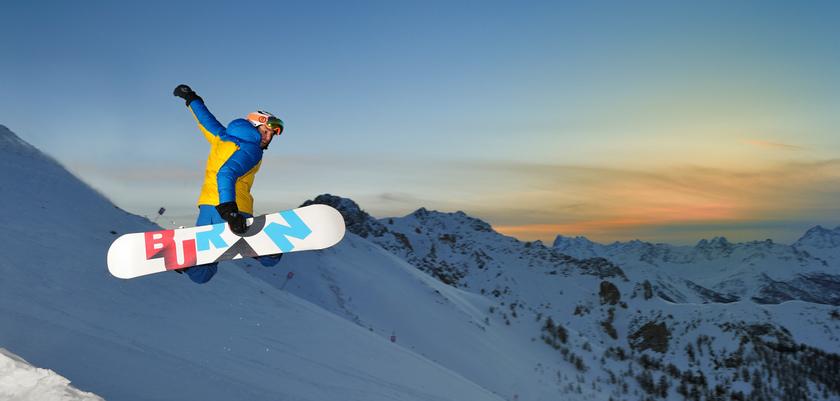 italy_bardonecchia_snowboarder.jpg